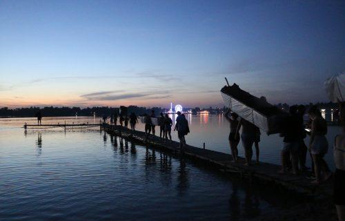 podopieczni idą nad jezioro, pływać łodziami z kartonu