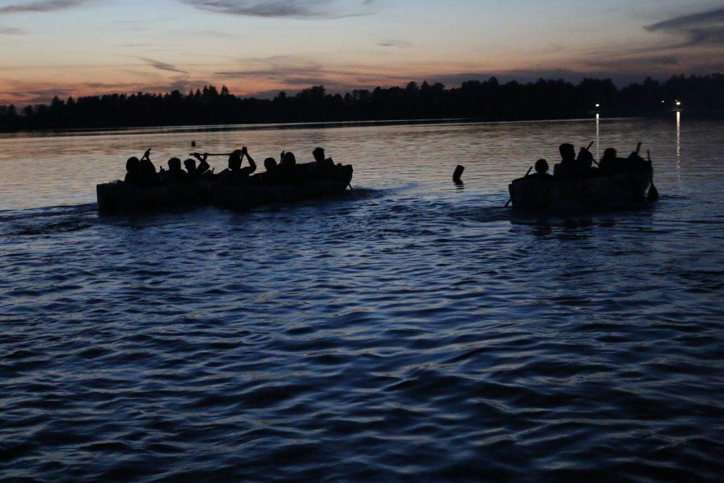 Uczestnicy obozu pływają na łodziach własnoręcznie zbudowanych z kartonu